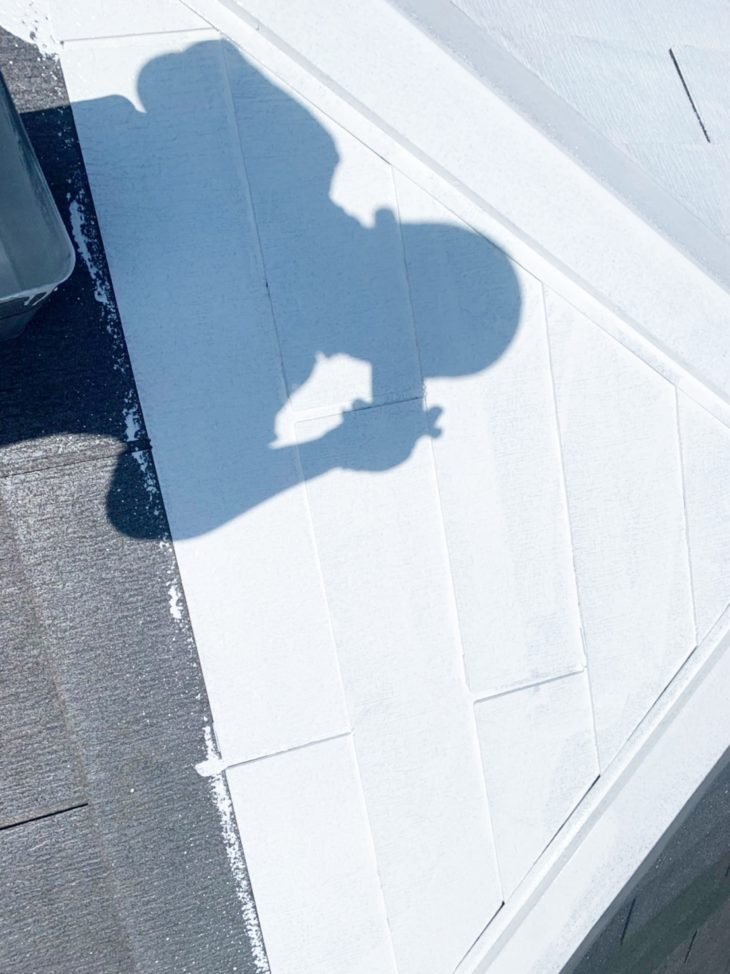 寒川町宮山で屋根外壁塗装工事 屋根下塗り、中塗り工程