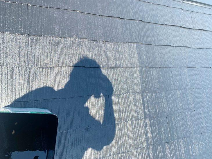 横浜市南区六ツ川で屋根塗装工事|中塗り工程