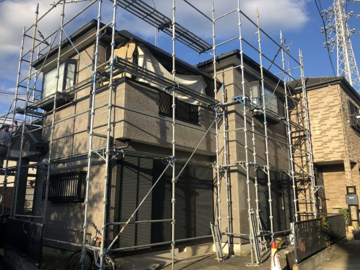神奈川県高座郡寒川町で屋根壁リフォームの足場が架かりました!